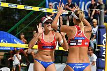 Barbora Hermannová a Markéta Nausch Sluková po vyhrané výměně.