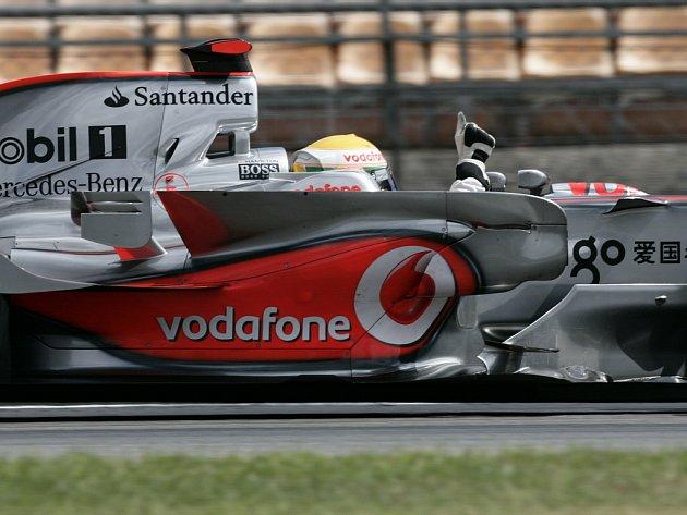 Lewis Hamilton v McLarenu slaví první místo v Hockenheimu.