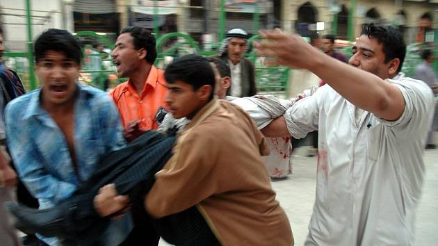 Následky atentátu v Karbale