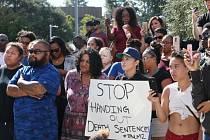 Ve městě El Cajon na jihu amerického státu Kalifornie demonstrovaly druhým dnem stovky lidí proti policejnímu násilí vůči černochům.