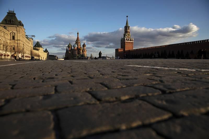Na Rudém náměstí v centru Moskvy nebývá za běžných okolností k hnutí. Ani zde však v době koronavirové pandemie zástupy lidí nečekají.
