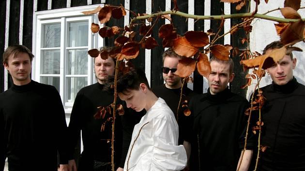 Lanugo: zpěvačka Markéta Foukalová a hudebník Viliam Béreš (uprostřed)