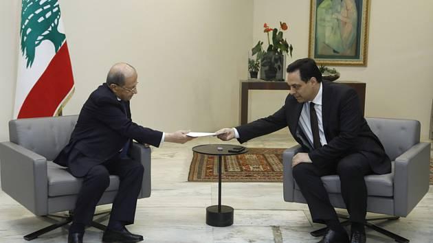 Libanonský prezident Michel Aún (vlevo) přijímá 10. srpna 2020 demisi od premiéra Hasana Dijába