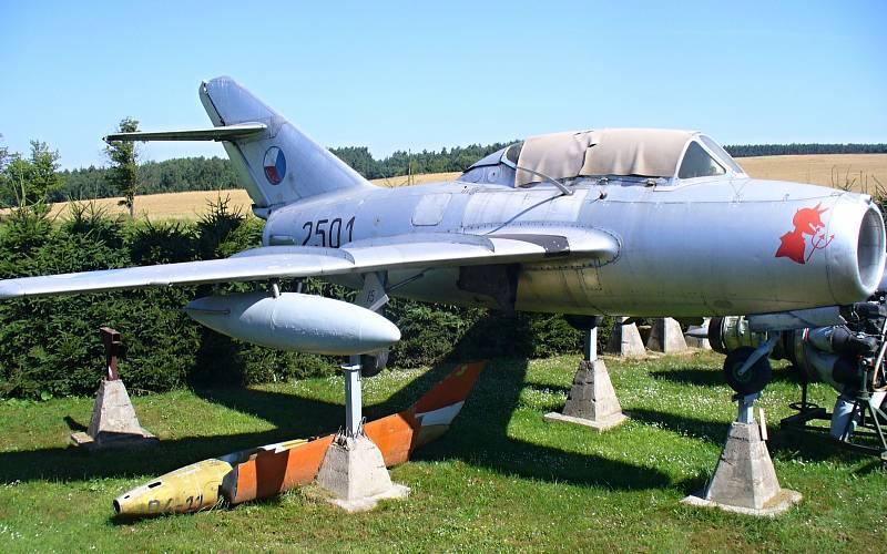 """MIG 15-UTI. Dvoumístná verze """"patnáctky"""" určená pro výcvik pilotů. V tomto typu letadla zahynul i první kosmonaut Jurij Gagarin"""