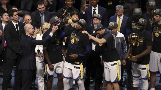 Kevin Durant slaví s Golden State vítězství v NBA