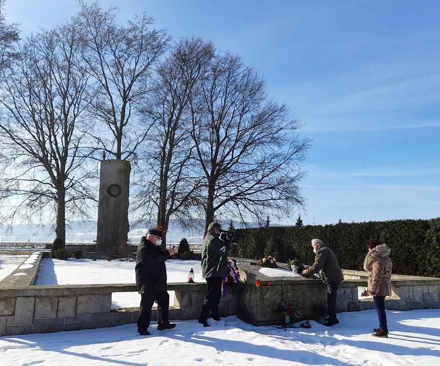 Účastníci vzpomínkového pochodu u hrobu 145 obětí vChoustníkově Hradišti