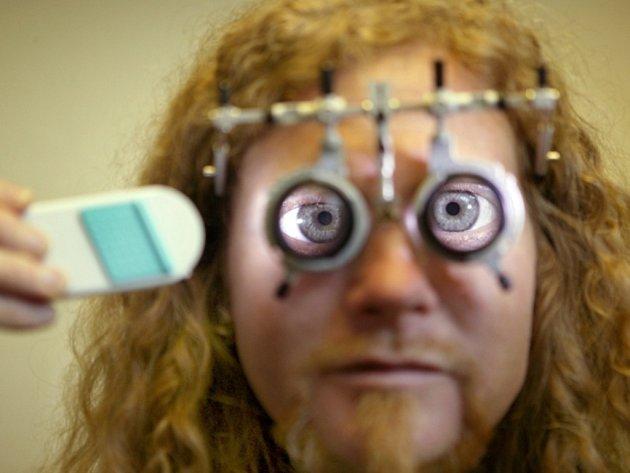 Problémy se zrakem mají lidé po celém světě, jenom v České republice nosí brýle přibližně šest milionů lidí. Často se dá potížím a dlouhodobým vadám očí předcházet, je však třeba zajít včas k lékařům na preventivní prohlídku.