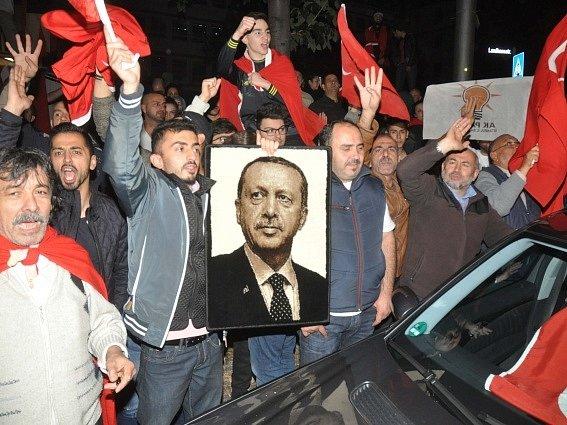 Tisíce příslušníků turecké komunity protestovaly v noci na dnešek v několika německých městech proti neúspěšnému pokusu části armády o státní převrat v Turecku.