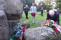 Vicepremiér Andrej Babiš (druhý zleva) spolu s ministrem kultury Danielem Hermanem (vpravo vpředu) a ministrem spravedlnosti Robertem Pelikánem (třetí zleva) navštívil 6. září bývalý romský koncentrační tábor v Letech na Písecku.