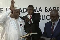 Nově zvolený gambijský prezident Adama Barrow (vlevo) skládá přísahu.