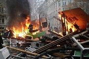 Při protestech v Paříži hořely barikády.