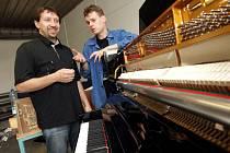 Staré piano značky Petrof ukrývalo poklad.