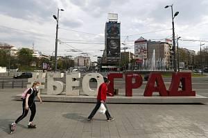 Lidé na náměstí v srbském Bělehradě (na snímku z 13. dubna 2020)