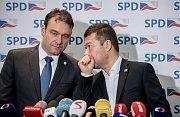 Jednání poslanecké sněmovny o důvěře vlády Andreje Babiše. Radim Fiala a Tomio Okamura z SPD.