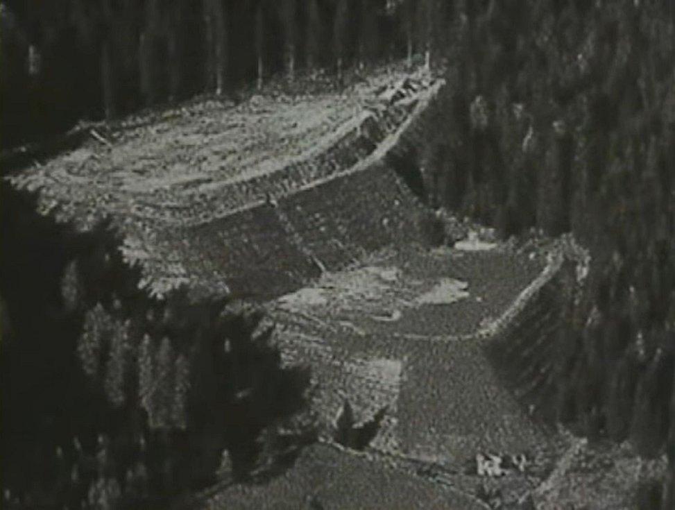 Dvounádržová kaskádová přehrada Val di Stava na dobovém záběru