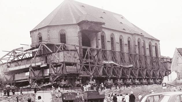 K přesunu kostela bylo použito 53 speciálních transportních vozíků řízených softwarem