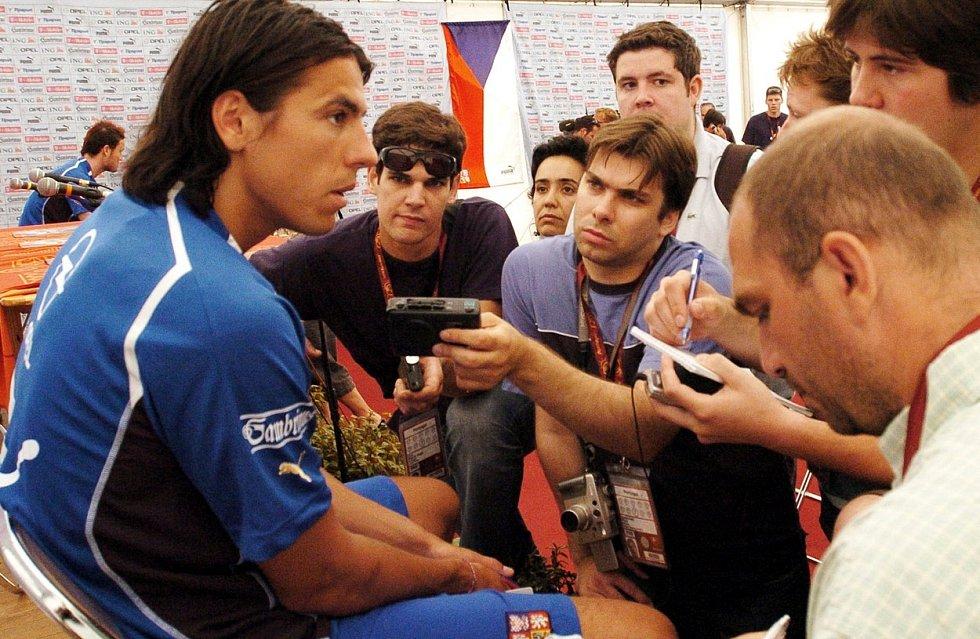 Milan Baroš s novináři po tréninku na Euru 2004 v Portugalsku.