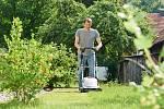 Pro optimální sekání trávy by měl býttrávník suchý.