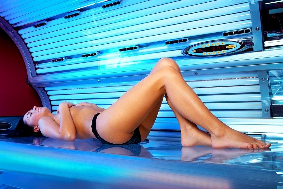 Světlo v soláriích při nadměrné expozici především u nižších fototypů může vést k prekancerózám, tj. předstupni některých kožních nádorů.