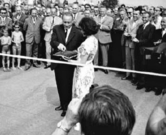Slavnostní otevření prvního dokončeného úseku D1 z Prahy do Mirošovic. Pásku 12. července 1971 přestřihl náměstek předsedy vlády Čestmír Gregor