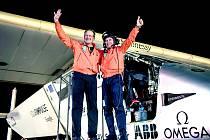 Piloti oslavují úspěšné přistání.