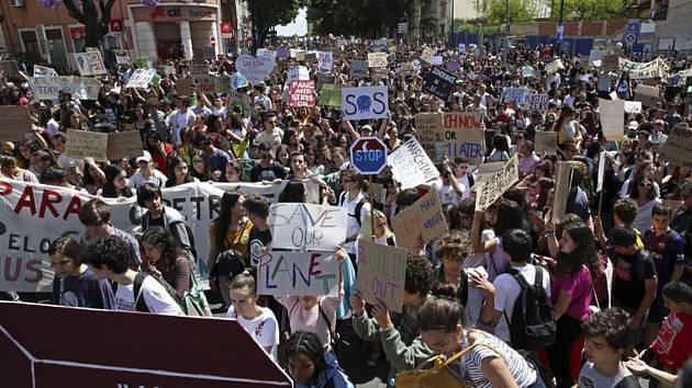 Studentská demonstrace za ochranu klimatu v Lisabonu na snímku z 24. května 2019