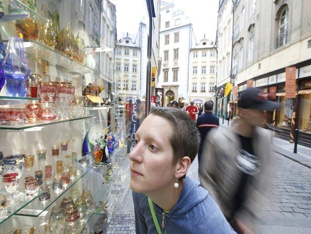 Ačkoli je sezona v plném proudu, pražští obchodníci nejsou nadšeni. Tržby jim snížilo posílení koruny, ale také menší příliv solventních turistů do metropole.