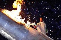 Steve Nash zapaluje olympijský oheň.