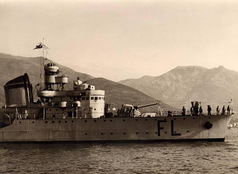 Vzácný snímek italské válečné lodi Fulmine, který pochází ze soukromého archivu rodiny Burzagli v Itálii. Sken původního snímku pořídil Emiliano Burzagli