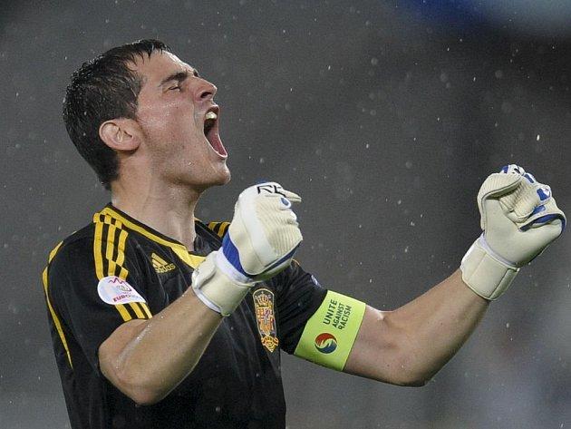 Brankář Iker Casillas se raduje z postupu.