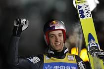 Rakouský skokan Gregor Schlierenzauer se raduje z vítězství v Sapporu.