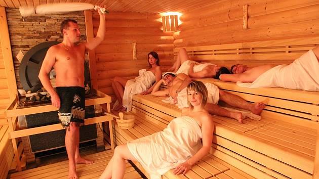 Moderní wellness centra vyžadují, aby se návštěvníci saunovali bez plavek.