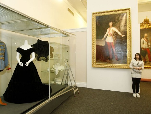 Originální tmavě modré sametové šaty, které patřily císařovně Alžbětě přezdívané Sissi, jsou od 11. prosince nainstalovány v Nové budově Národního muzea v Praze. Výjimečný exponát zapůjčilo vídeňské Kunsthistorické muzeum pro výstavu Monarchie, jež se veř
