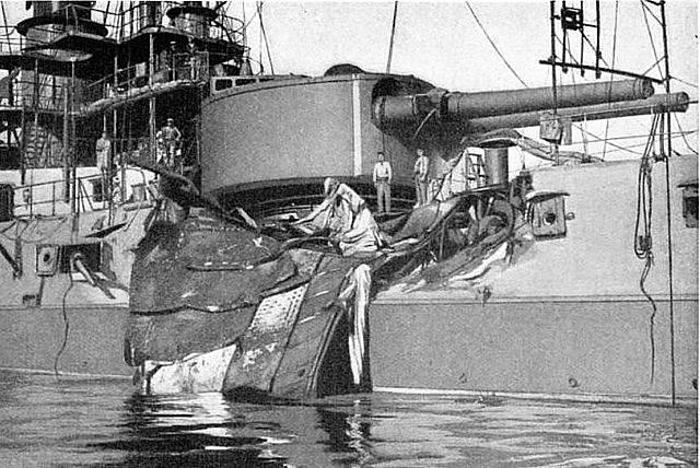 Bitevní loď République, kotvící asi 210 metrů od Liberté, zasáhl po explozi těžký, téměř 37 tun vážící kus pancéřové desky
