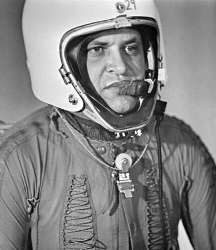 Americký špionážní pilot Francis Gary Powers ve speciálním tlakovém obleku určeném pro stratosférické lety. Jeho letoun Lockheed U-2 sestřelila v roce 1960 sovětská protivzdušná obrana raketou typu země-vzduch