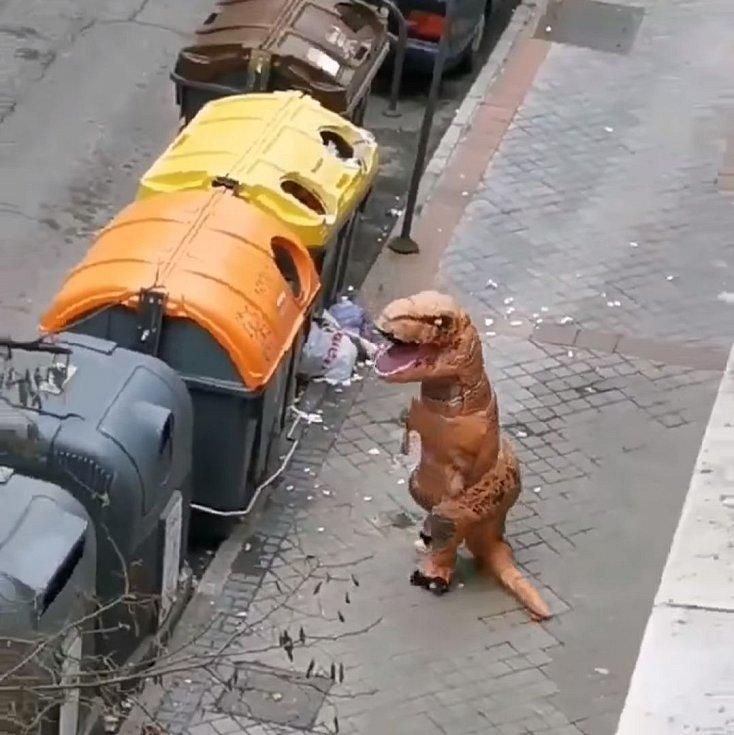 Populární se stal i vtipálek, který vyrazil do italských ulic v dinosauřím převleku