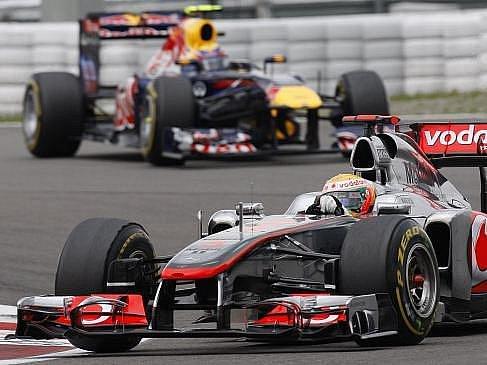 Lewis Hamilton ve Velké ceně Německa trumfl oba Red Bully.
