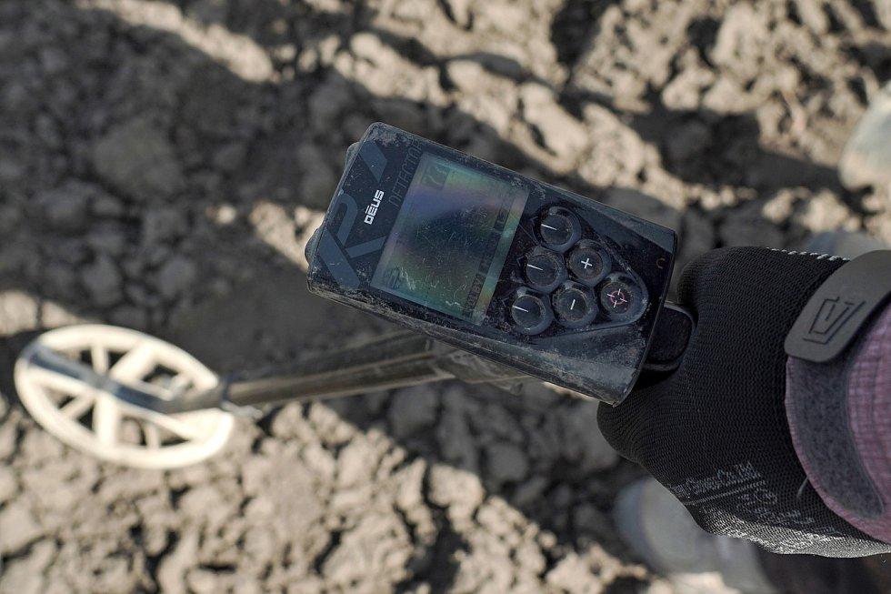 Detektorář Tomáš Merta z Brna při průzkumu ujde s přístrojem i deset kilometrů. Spolupracuje s odborníky a nálezy odevzdává.