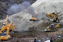 Třiaosmdesát dělníků v pátek ráno zavalila půda při rozsáhlém sesuvu v důlní oblasti na jihozápadě Číny. Na místo dorazilo přes 1000 policistů, hasičů a zdravotníků.