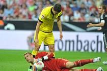 Brankář Bayernu Mnichov Manuel later a Robert Lewandowski z Dortmundu.