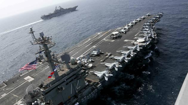 Americká letadlová loď USS Abraham Lincoln s jedním z doprovodných plavidel v Perském zálivu na snímku amerického námořnictva ze 17. května 2019