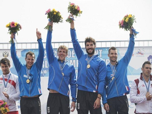 Posádka čtyřkajaku (zleva) Daniel Havel, Lukáš Trefil, Josef Dosál a Jan Ščerba se zlatými medailemi na MS.