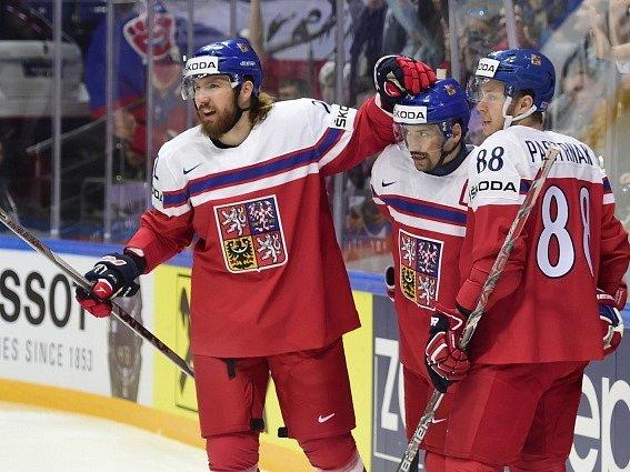 Zleva Lukáš Kašpar, Tomáš Plekanec a david patrňák z ČR se radují z prvního gólu.
