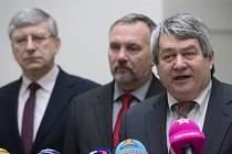 Zleva komunistický poslanec Miroslav Opálka, předseda poslaneckého klubu Pavel Kováčik a předseda KSČM Vojtěch Filip