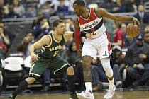 John Wall z Washingtonu (vpravo) proti Milwaukee.