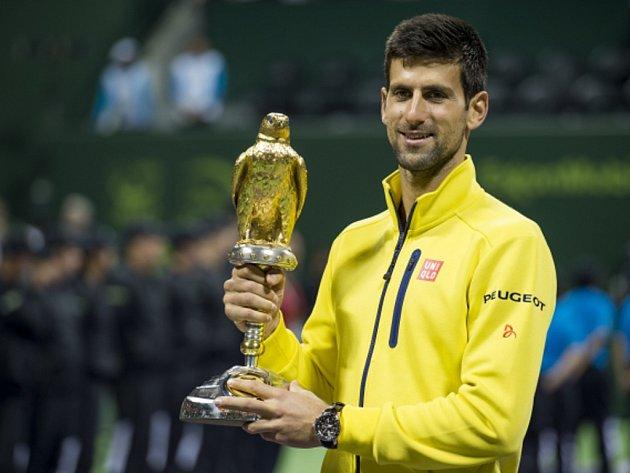 Novak Djokovič s trofejí pro vítěze turnaje v Dauhá.