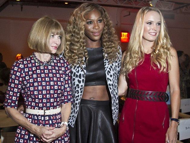Osmnáctinásobná grandslamová šampionka Serena Williamsová (uprostřed) s editorkou módního časopisu Vogue Annou Wintourovou (vlevo) a tenistkou Caroline Wozniackou.