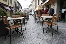 Lidé s maskami na ulici v italském městě Codogno