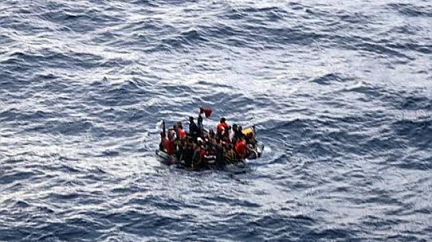 Trosečníci čekají na záchranu. Značně přetížený trajekt se potopil v noci na sobotu v oblasti silných mořských proudů. Na jeho palubě bylo podle agentury AFP kolem 800 lidí.