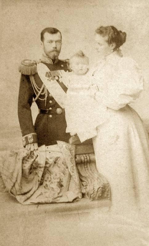 Mikuláš II. Alexandrovič s carevnou Alix Hesensko-Darmstadtskou a dcerou Olgou v roce 1896